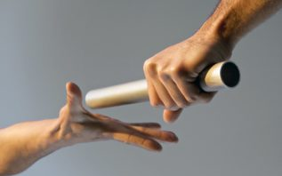 Passando o bastão para outra pessoa em circuito de revezamento