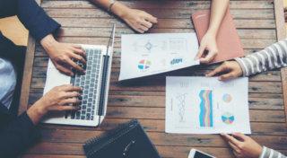 Planejamento de negócios com gráficos e trabalho em equipe
